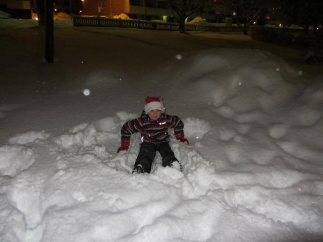 Играем в снежки. Головань Григорий, 6 лет