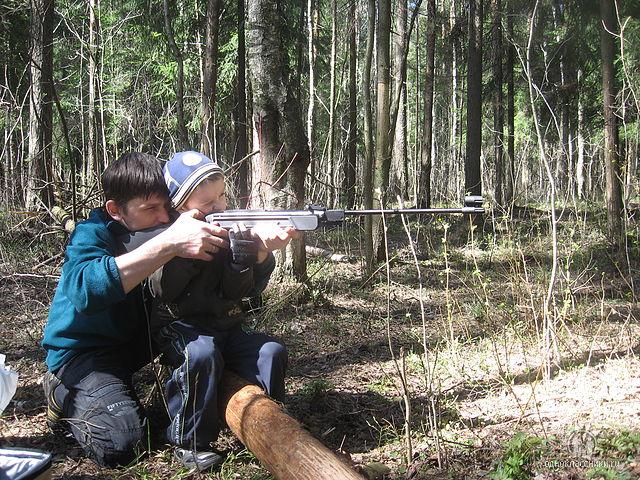 Сологубов Матвей с папой в лесу стреляют по банкам - нравится быть снайпером :-)